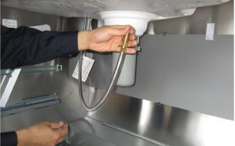 キッチンシンク下キャビネットに水漏れ ホース取り替え 水回りのトラブル